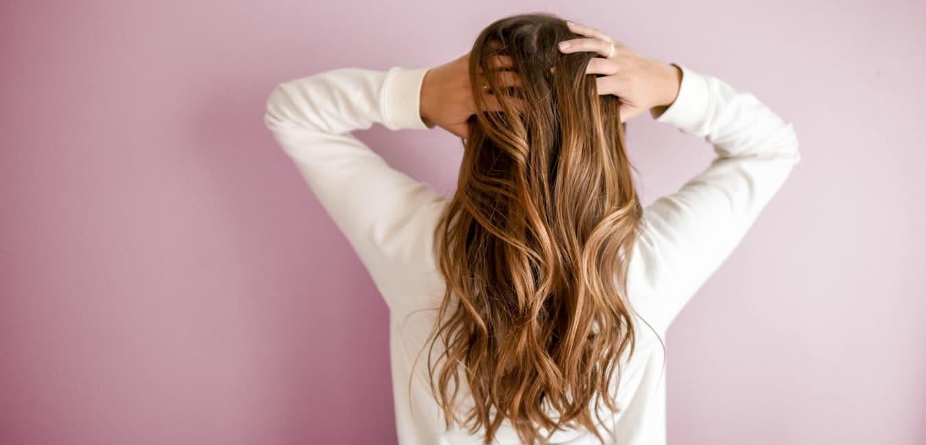 femme dos beaux cheveux long