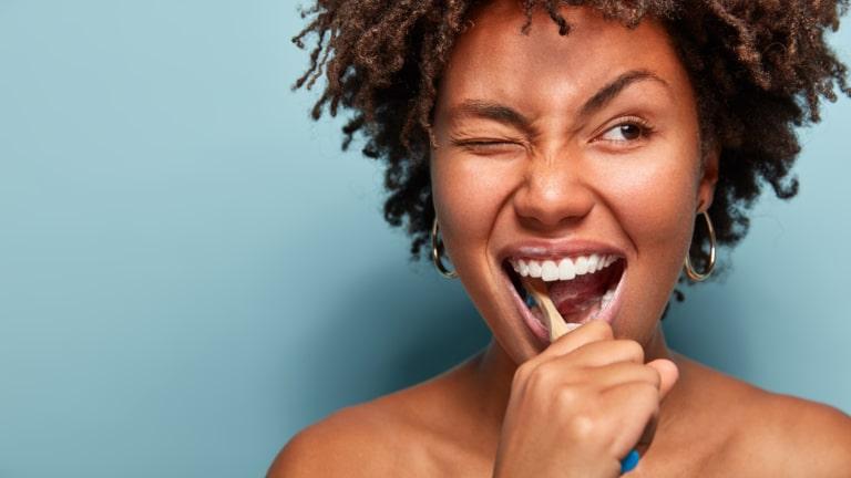 portrait femme lavage dent avec dentifrice solide