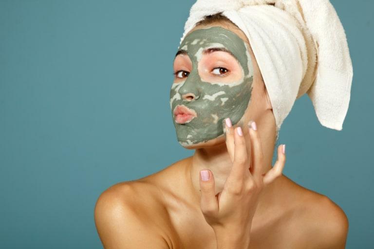 portrait d'une femme faisant un masque visage purifiant