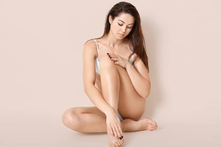 portrait d'une femme qui touche sa peau pour mettre en avant le pH de la peau