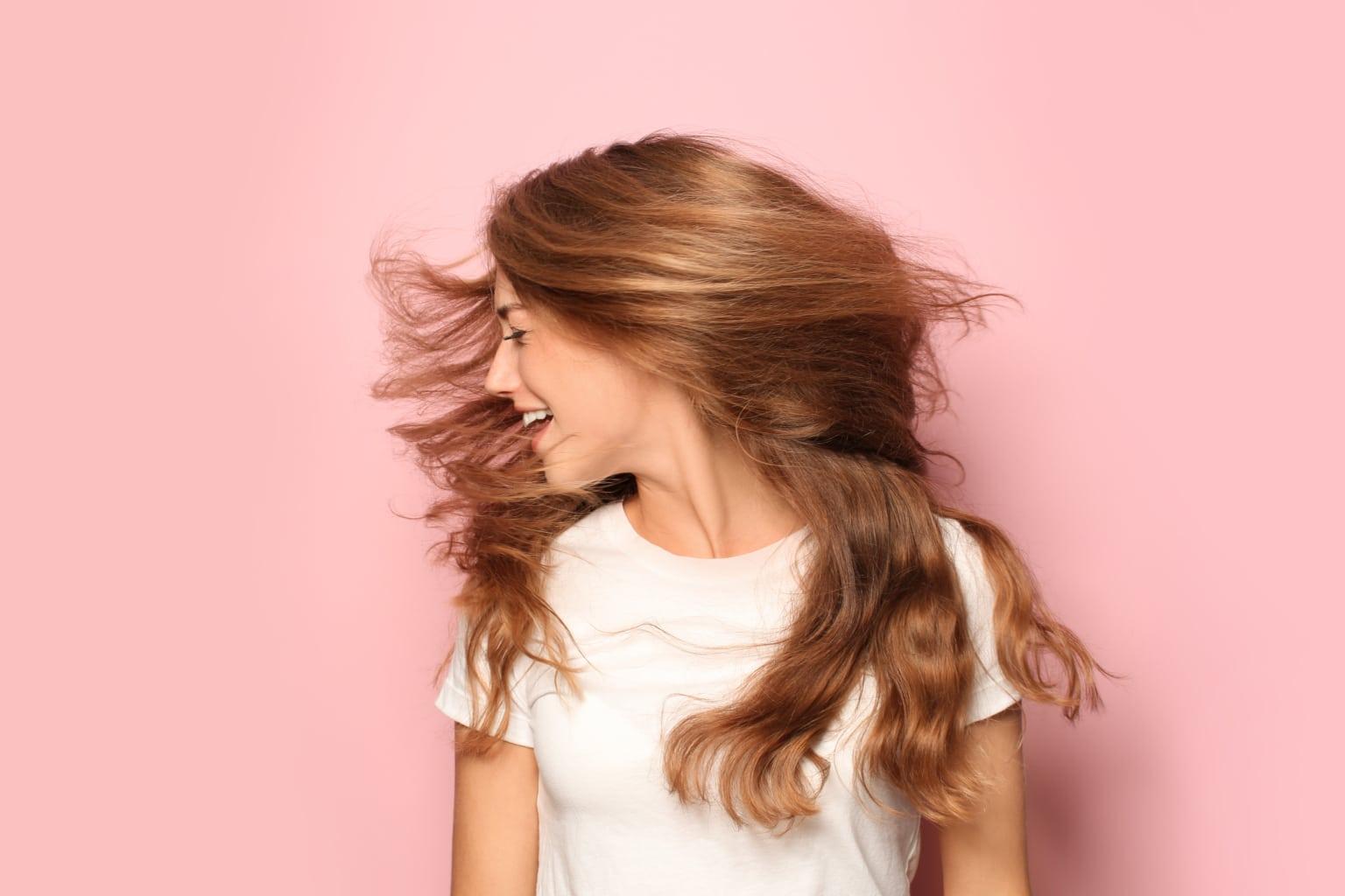 portrait d'une femme avec de beaux cheveux grâce à une routine cheveux naturelle