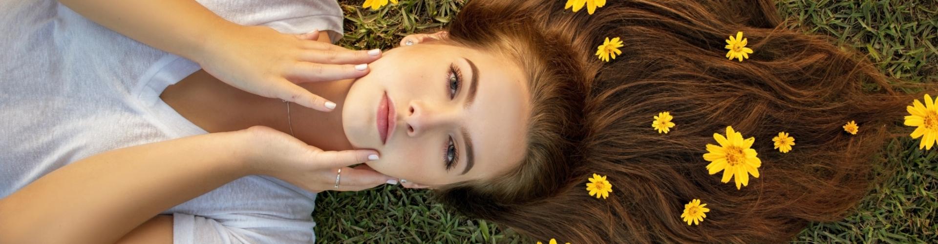 portrait d'une femme avec de beaux cheveux avec l'après-shampoing solide